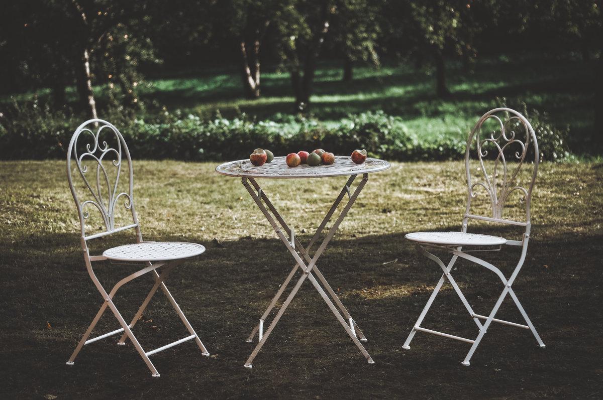 Balts metāla galds ar krēsliem