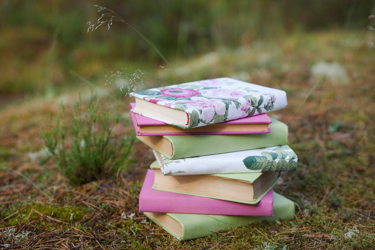Grāmata ar balta ziedu, zaļa, pasteļrozā auduma vāku
