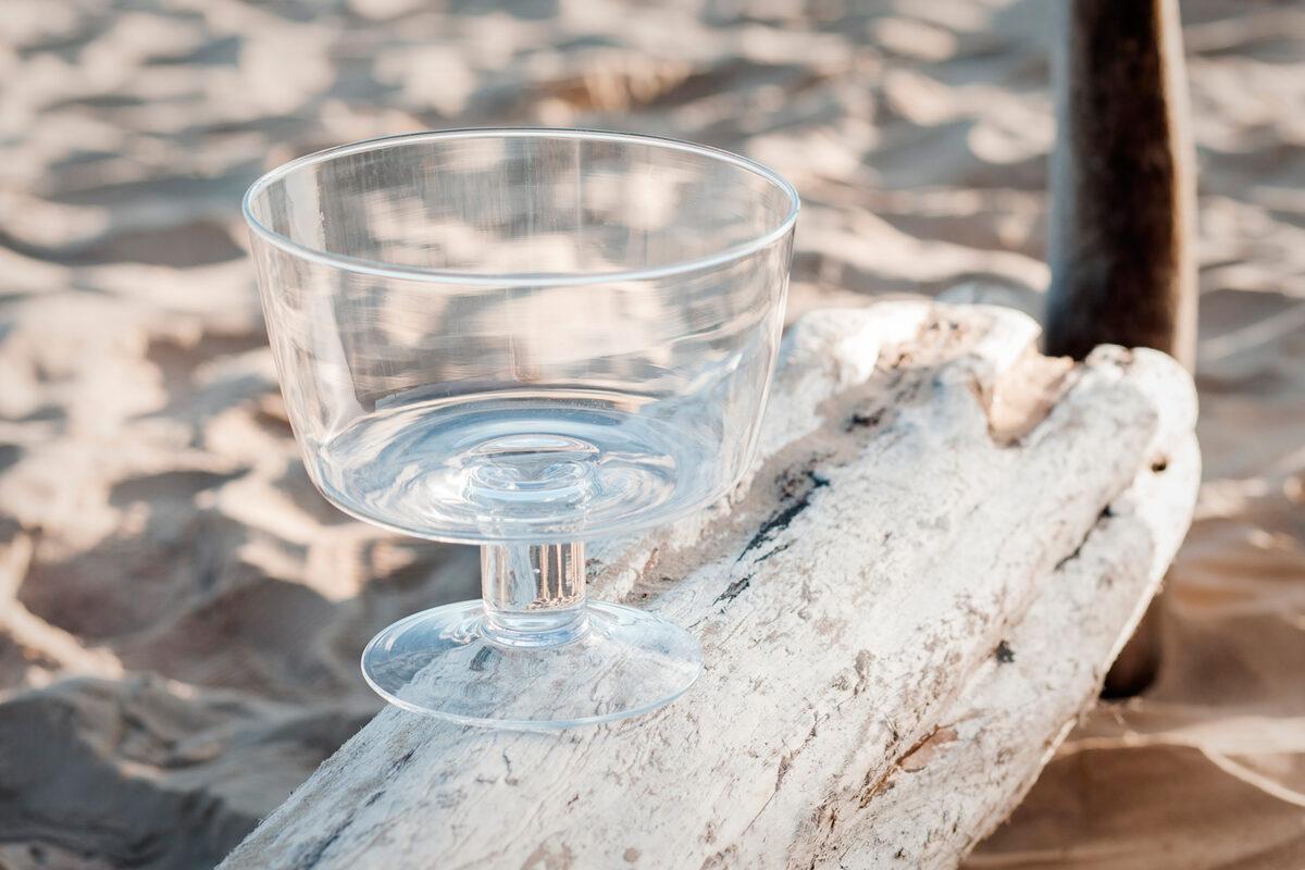 Stikla trauks uz kājas ar augstu malu