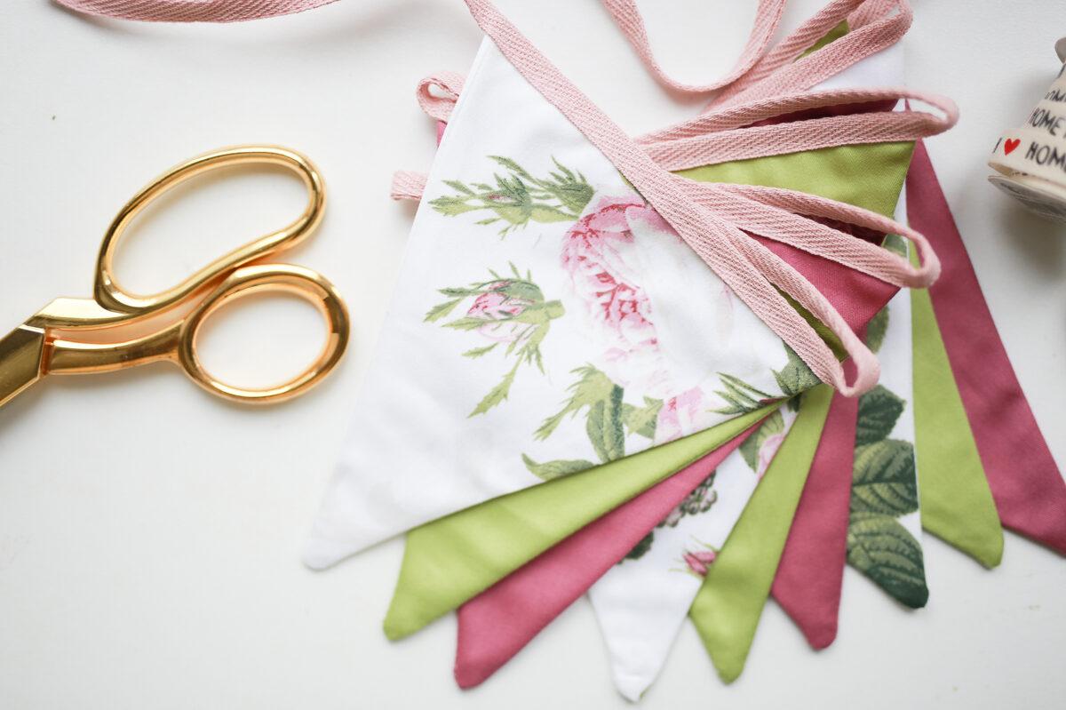 Mini balta ziedu auduma karodziņu virtene, 3,60m