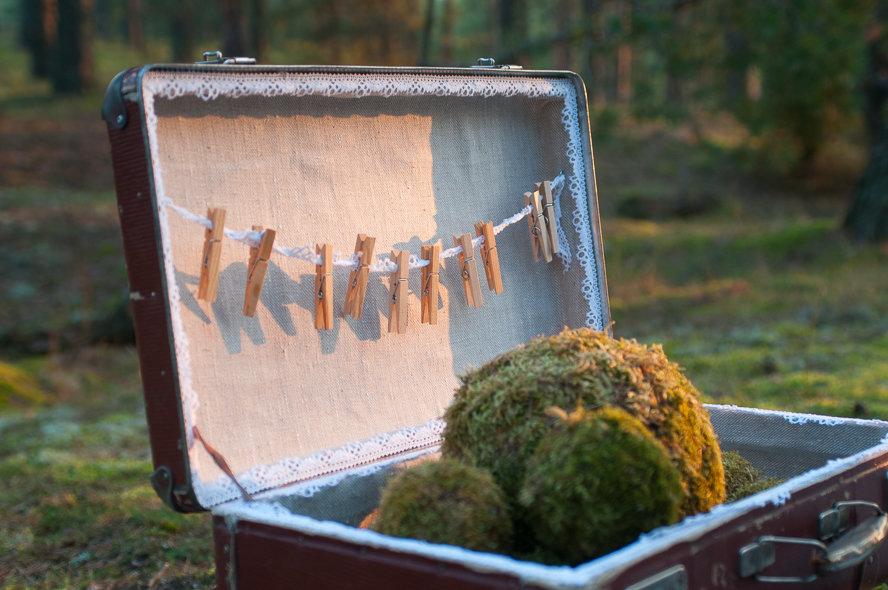 Brūns koferis ar lina auduma oderi un baltu mežģīni