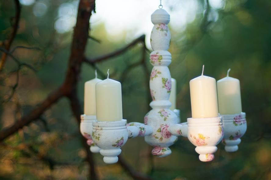 Dekupēts balts koka svečturis ar rozēm